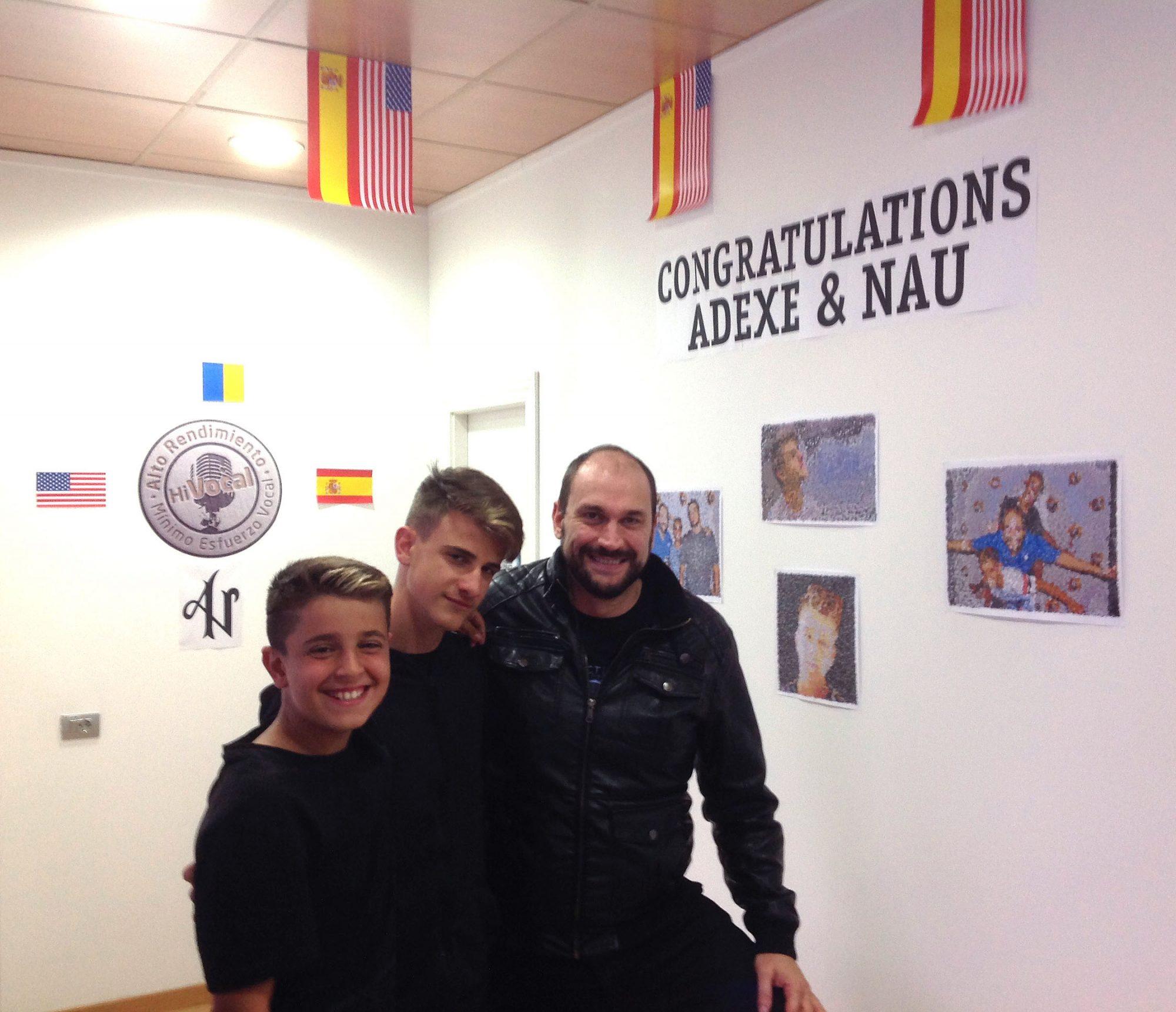 Adexe y Nau con Jesús Serrano, su entrenador vocal.