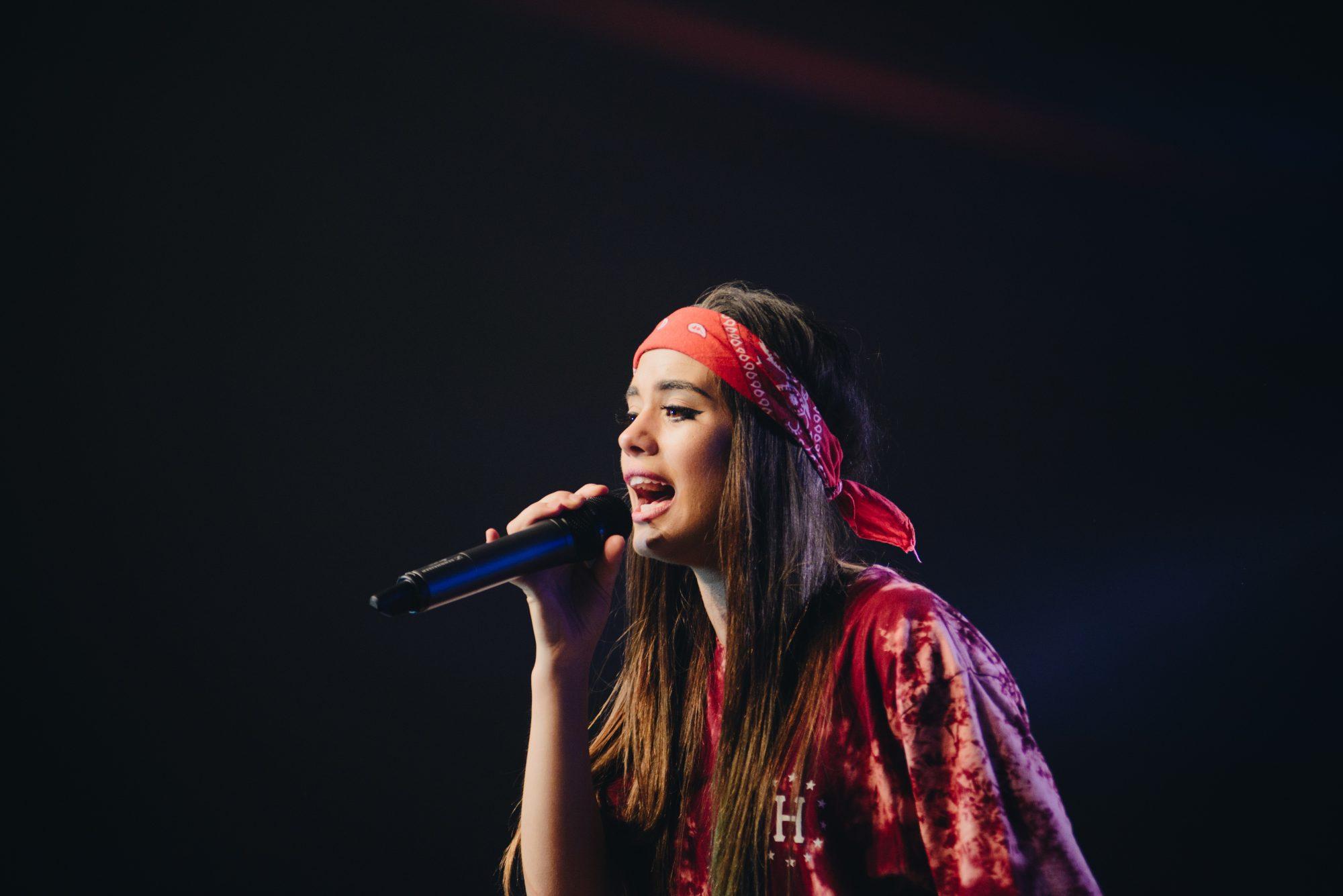 cantando en vivo